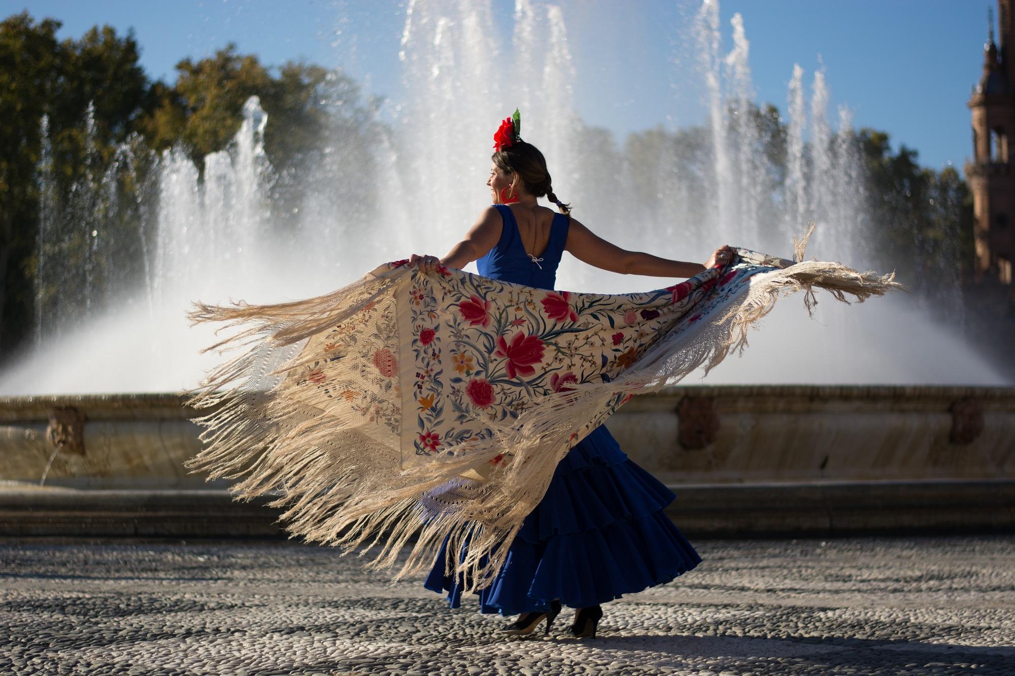 Beautiful,Woman,Dancing,Flamenco,Near,The,Fountain